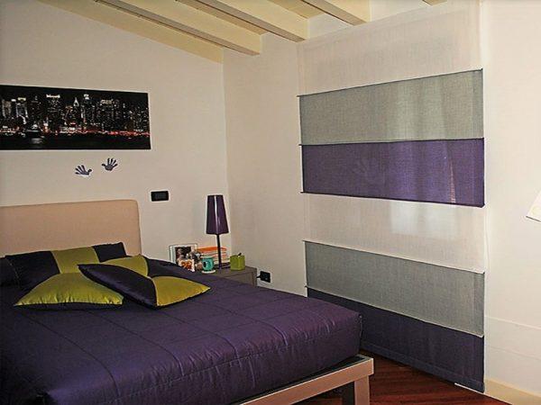 tenda a pacchetto steccato nei colori del bianco, lilla e grigio