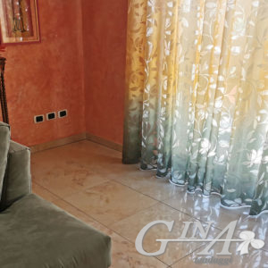 tenda mod. Marina in tinta con il colore del divano